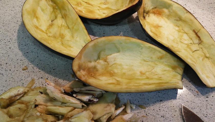 Lavamos y cortamos finamente las verduras (cebolla, ajo, pimiento, puerroy zanahoria) para hacer un sofrito a fuego medio. Le añadimos sal, pimienta blancay orégano.