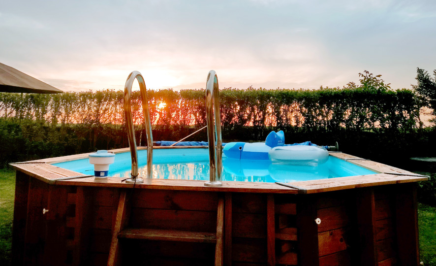 una piscina en el jardín