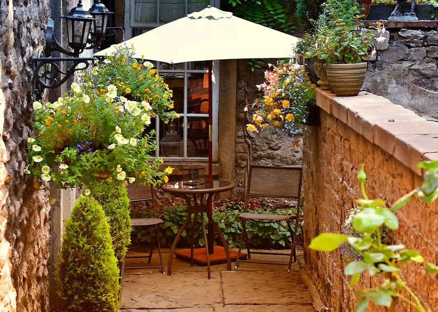 cómo convertir tu balcón en un jardín con muebles